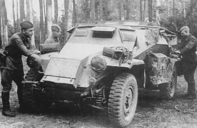 Советские солдаты у трофейного немецкого броневика, июль 1941-го