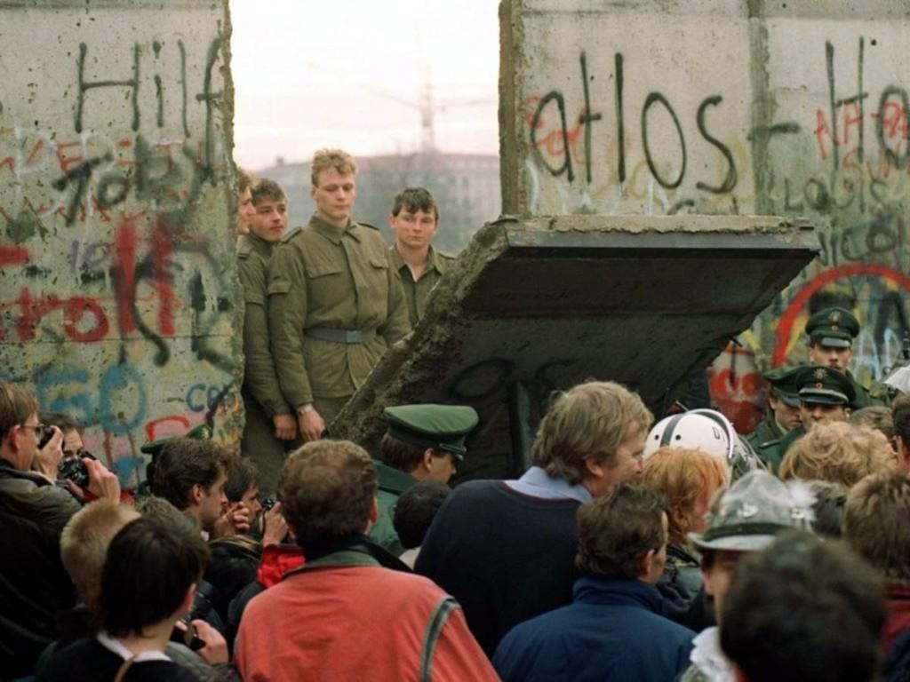 Солдаты ГДР наблюдают за крушением берлинской стены