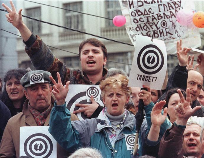 В Югославии люди в протест бомбардировок НАТО выходили на улицы с листками на которых были мишени