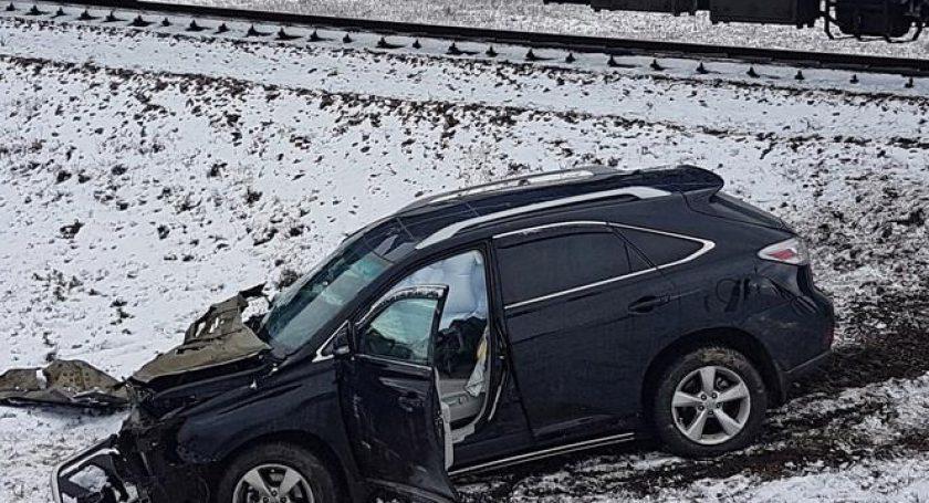 Под Солигорском Лексус «незаметил» поезд: чудом обошлось без жертв