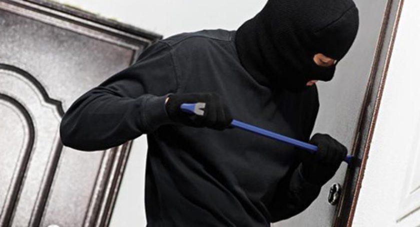 Пойманный на«горячем» мошенник пытался задушить хозяйку