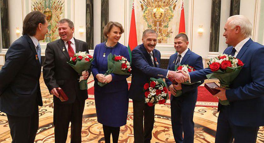 Лучшим работникам страны Лукашенко вручил награды