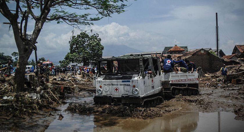 Неменее 100 тысяч человек эвакуированы из-за наводнений вИндонезии