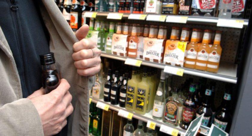 Двое граждан Дзержинского района напоили продавца иобокрали магазин