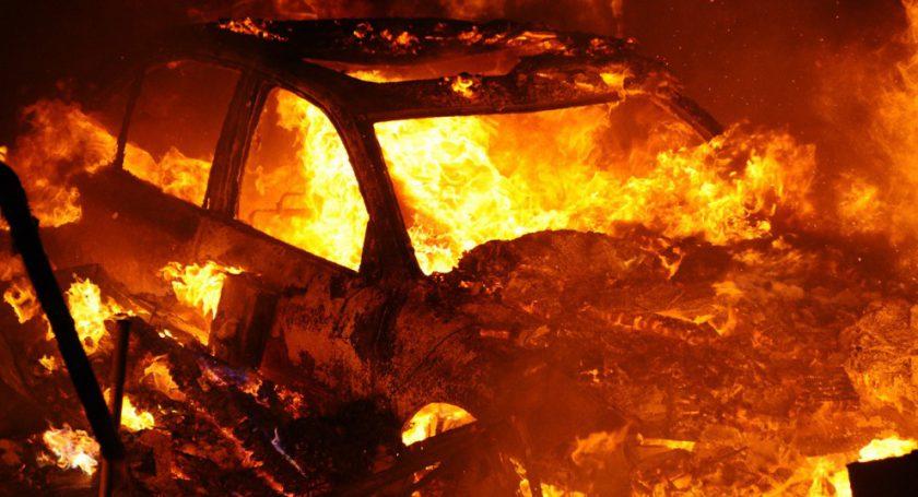 Супруг ижена получили разной степени ожоги, выталкивая изгаража загоревшийся автомобиль