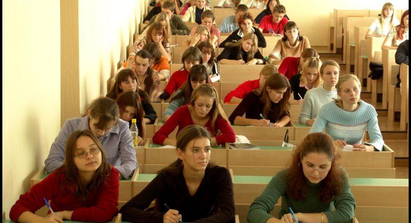 ВРеспублике Беларусь будут трудоустраивать пораспределению выпускников, обучавшихся наплатной основе