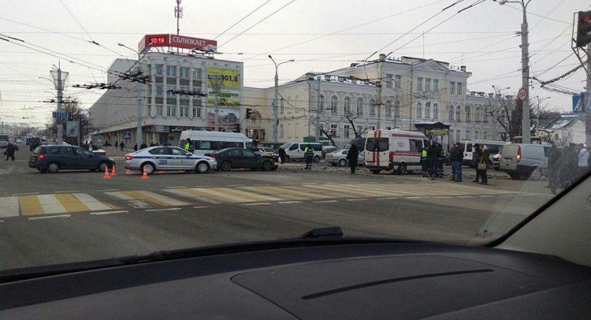 ВВитебске микроавтобус сбил четверых пешеходов, которые ждали зеленого сигнала светофора