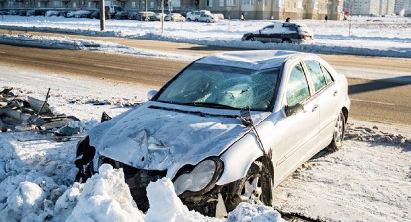 Нетрезвый автомойщик начужом Mercedes снес два светофора изнак