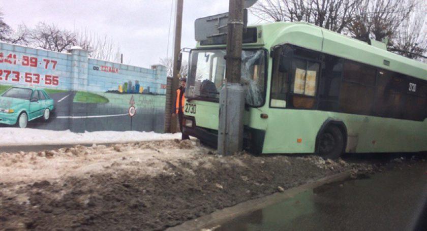 ВГомеле троллейбус врезался встолб, есть пострадавшие