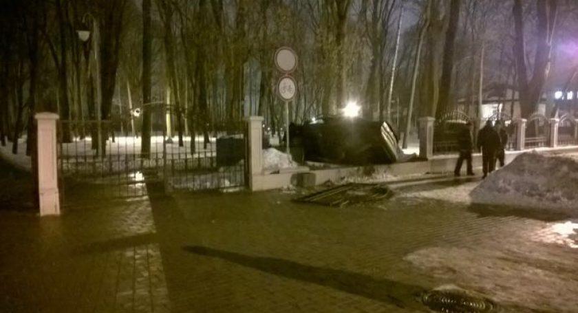 Альфа Ромео протаранила забор городского парка вГомеле— МЧС
