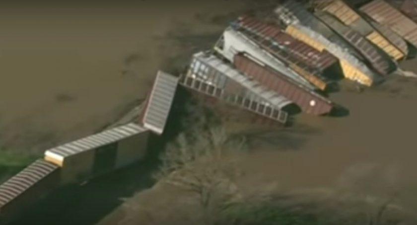 ВКалифорнии грузовой поезд рухнул вреку: машинисты непострадали