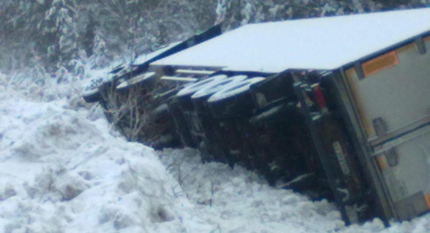 ВСША из-за порыва ветра грузовую фуру опрокинуло наполицейскую машину