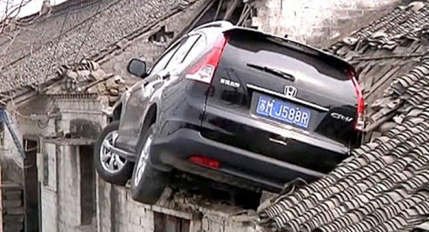 Хонда вылетела сдороги прямо накрышу жилого дома