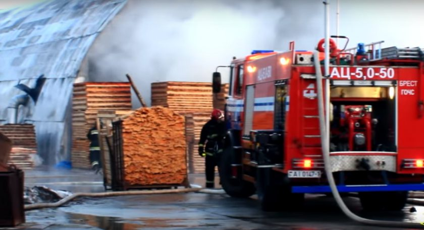 Пожар наскладе вБресте: сгорели продукция, 2 погрузчика истанки