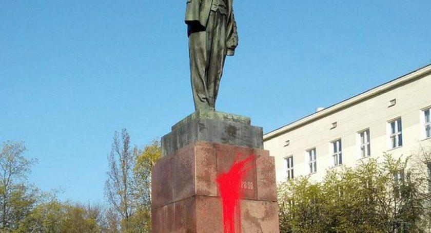 ВБресте монумент  Ленину облили краской