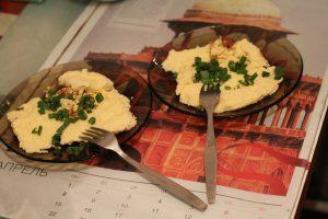 Две тарелки из омлетом