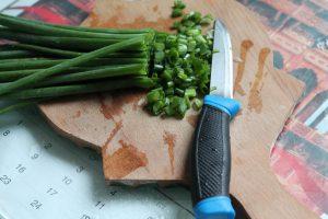 Нарезка зелёного лука — подготовка к его заморозке