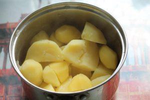 Варёный картофель в кастрюле
