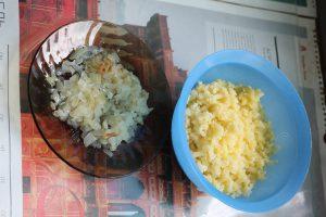 Жареный лук и тёртый картофель для картофельной запеканки