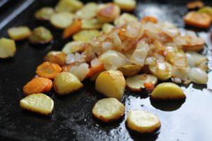 Ужин — печёная картофель с морковкой и луком