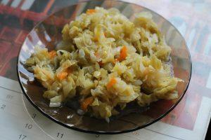 Приготовленная тушёная капуста с морковкой