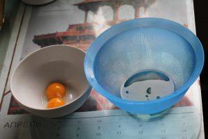 Яичные желтки и белки для шарлотки