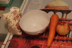 Ингредиенты для салата — морковь, яблоко и сахар