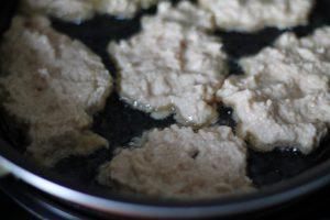 Яблочные драники в процессе приготовления