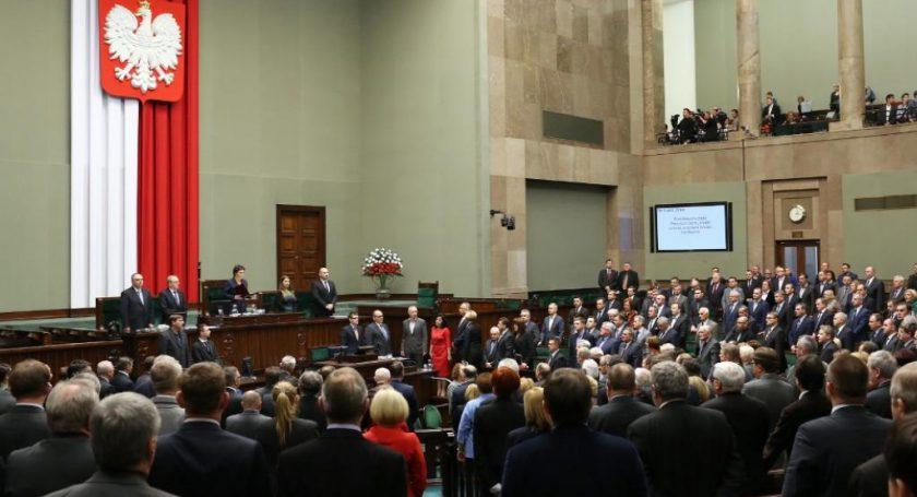 Польский парламент неотправил вотставку руководство  Беаты Шидло