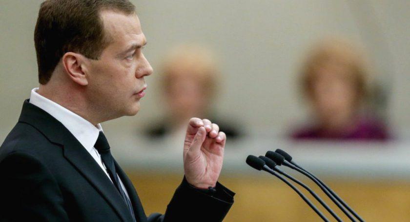 Медведев выступает в государственной думе сотчётом. онлайн