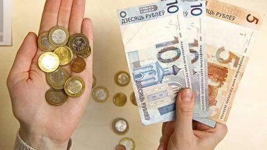 Руки с белорусскими деньгами