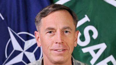 Дэвид Петреус на фоне эмблемы НАТО