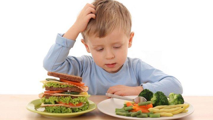 Ребенок смотрит на растительную пищу