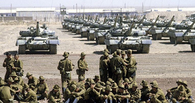 Советские танки и солдаты в Афганистане