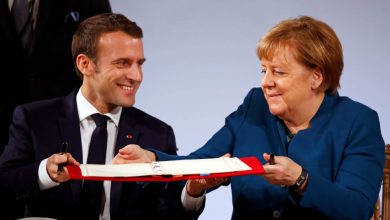 Макрон и Меркель подпиывают договор в Ахене