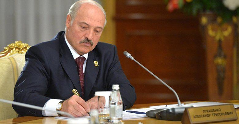 Президент Беларуси Александр Лукашенко подписывает указ