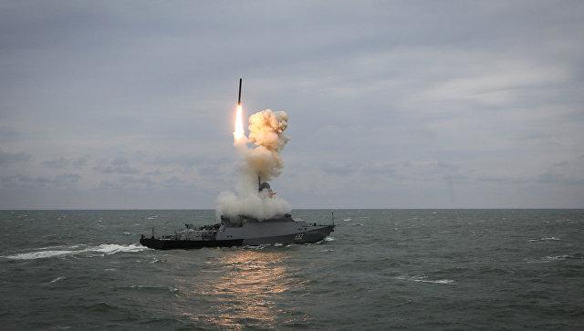 Военное судно стреляет ракетами