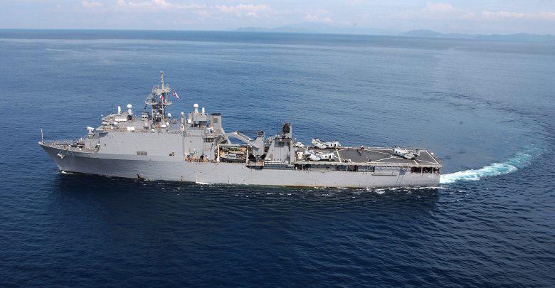 военный корабль США с площадкой для посадки вертолётов на борту