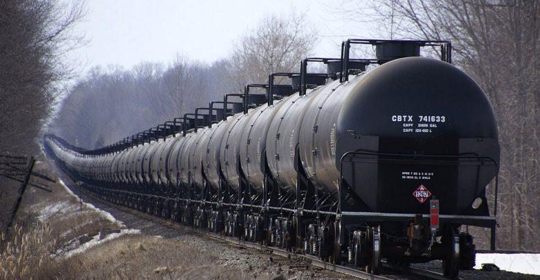 вагоны с нефтью едут по железной дороге