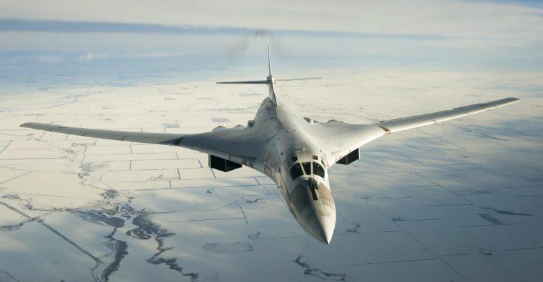 Ту-160 летит над льдами