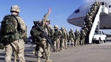 Американские солдаты садятся в самолёт
