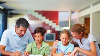 Родители помогают делать уроки детям