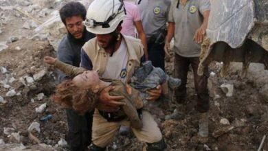 Инсценировка химической атаки в Сирии Представитель белых карок несет как будто убитого отравляющим веществом ребёнка