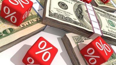 Пачки долларов и кубики со знаком процента