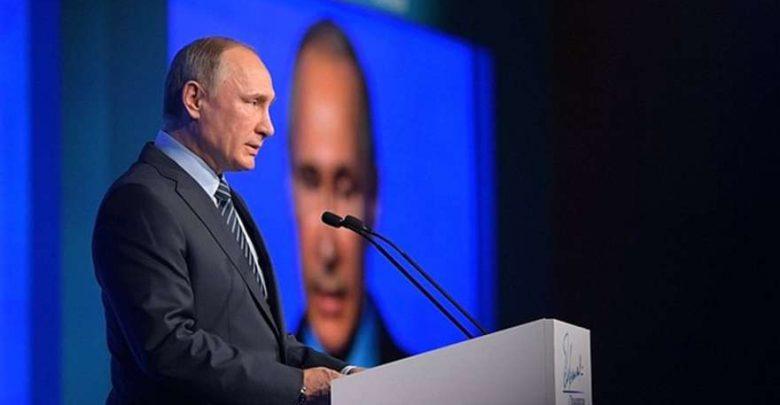 Выступление Путина перед Федеральным собранием на фоне экрана