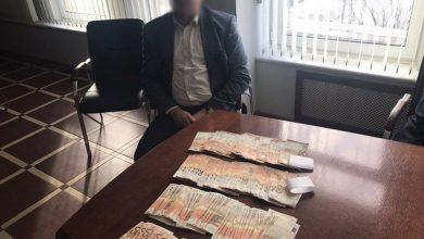Задержание взяточника и деньги на столе