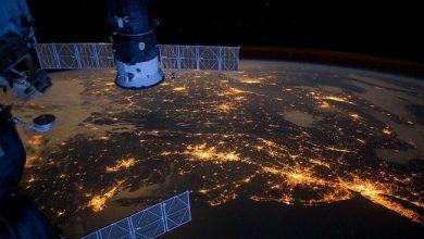 Искуственные спутники Земли летающие над поверхностью земной атмосферы
