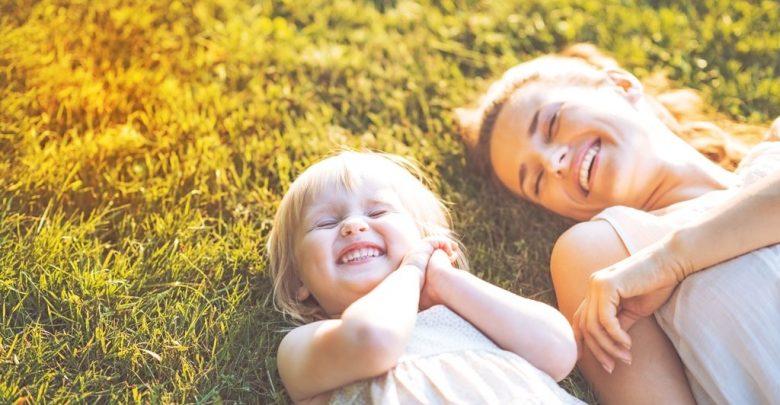 мама с ребёнком счастливые