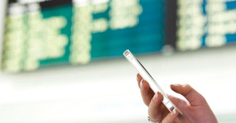 мобильный телефон в руках женщины; роуминг
