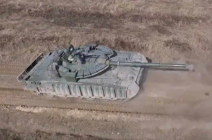 Модернизированный танк Т-80БВМ с усиленной защитой.